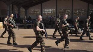 Soldats français sur une base de l'armée malienne à Bamako, le 14 janvier 2013.