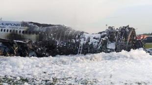 """هواپیمای """"Sukhoi Superjet 100"""" آسیبدیده متعلق به شرکت هوایی """"Aeroflot"""" ، پس از فرود اضطراری در فرودگاه """"Sheremetyevo"""" در مسکو. یکشنبه ١۵ اردیبهشت/ ۵ مه ٢٠۱٩"""