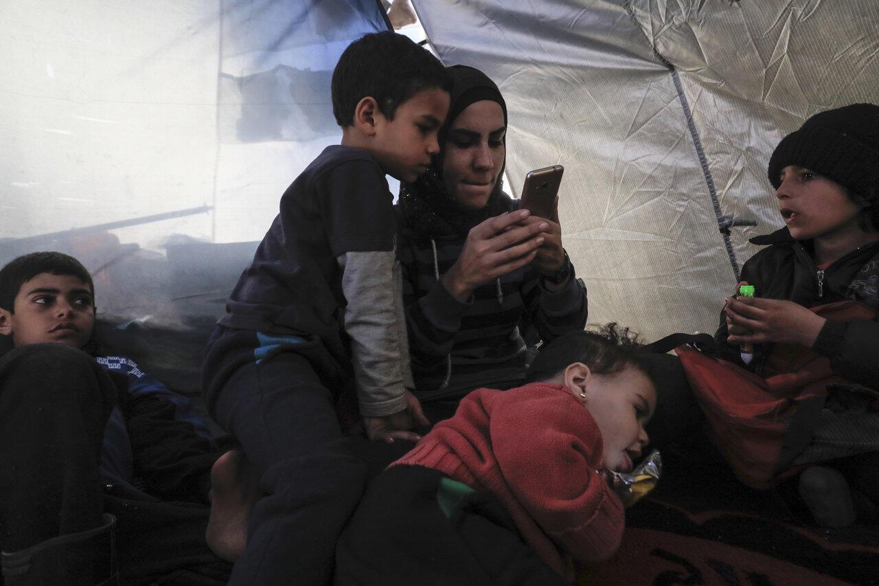 Une mère et ses enfants, dans un camp de personnes suspectées d'accointance avec le groupe Etat islamique, le 15 février 2018, dans le nord de la Syrie.