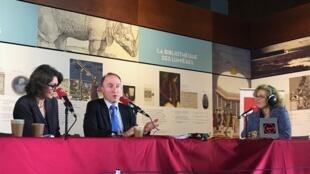 Arnaud Beaufort, directeur adjoint et directeur des services et réseaux de la BNF (c), Isabelle Nyffenegger, deléguée aux relations internationales de la BNF (g) et Caroline Lachowsky de RFI, dans l'émission «Autour de la question», le 20 mars à la BNF.