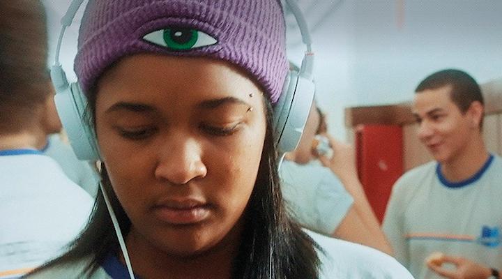 """Bia, personagem principal do curta """"Nada"""", tenta se adaptar no mundo dos adultos."""