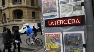 Au Chili, tous les journaux annoncent le remaniement voulu par la présidente Michelle Bachelet, le 7 mai 2015.
