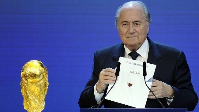 Rais wa FIFA, Sepp Blatter akionesha bahasha iliyoipa ushindi nchi ya Qatar kuandaa fainali za kombe la dunia mwaka 2022