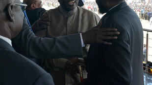 Riek Machar (au centre) et Salva Kiir (à droite), à Juba le 31 octobre 2018.
