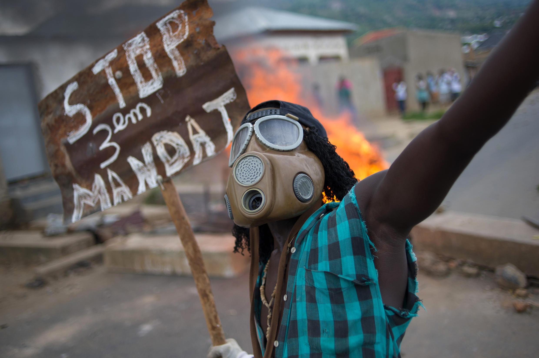 Un manifestant brandit une pancarte contre la candidature du président Nkurunziza, à Bujumbura, le 6 mai 2015.