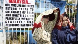 Des partisans du sultan Jamalul Kiram III, devant la mosquée de Maharlika, au sud de Manille, lors d'une manifestation le vendredi 1er mars.