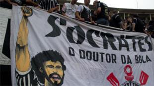 """Le Monde rende homenagem a Sócrates, o """"jogador rebelde""""."""