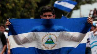 Um manifestante mostra uma bandeira do Nicarágua em uma rua de Manágua (14 de maio de 2018)