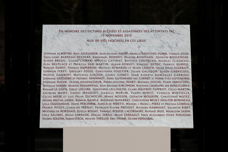 Placa em homenagem as vítimas do atentado do 13 de novemdro de 2015.