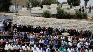 Des musulmans palestiniens priant à la porte des Lions, à l'entrée de la vieille ville de Jérusalem le 20 juillet 2017.