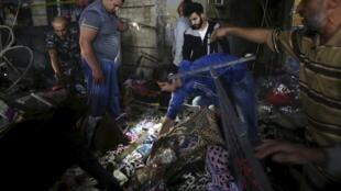Des magasins pulvérisés et des flaques de sang au milieu de voitures détruites, alors que des centaines de personnes se trouvaient à proximité des lieux.
