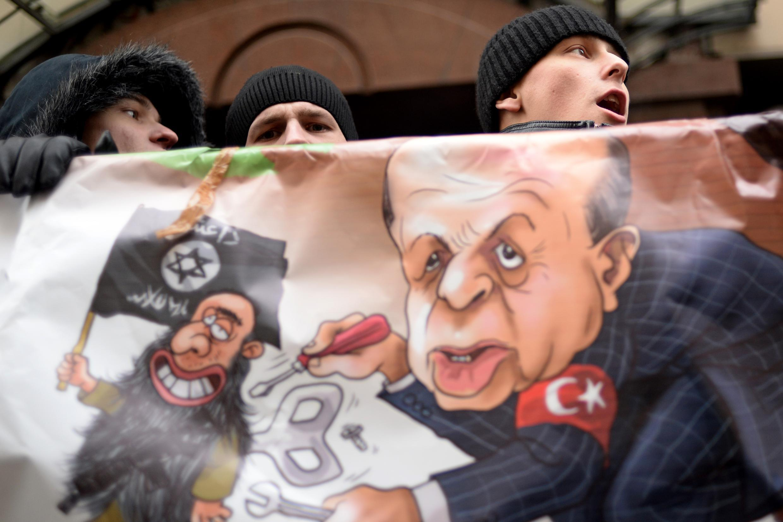 Dân Nga biểu tình trước sứ quán ở Matxcơva Thổ Nhĩ Kỳ ngày 25/11/2015.