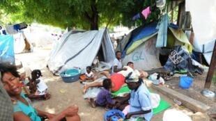 Des femmes dans un camp de déplacés haïtiens, en novembre 2010. Faute d'information, plus de 300 000 d'entre elles n'ont pas accès aux services essentiels de santé.