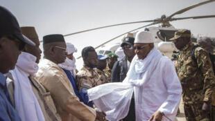 Le Premier ministre malien Soumeylou Boubeye Maiga, ici à Kidal, dans le nord du pays, avant son départ pour Gao, le 23 mars 2018.
