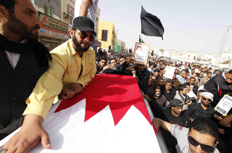 Marcha fúnebre en Sitra, en el este de Manama, por un joven asesinado en las manifestaciones contra el régimen, 18 de febrero de 2011.