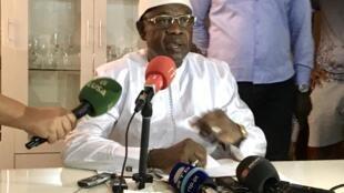 Cipriano Cassama à son domicile, à Bissau, lors d'une déclaration où il renonce à son poste de président par intérim, dimanche 1er mars 2020.