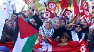 Des Tunisiens célèbrent les sept ans de la fin de la dictature Ben Ali, à Tunis, le 14 janvier 2018. (Photo d'illustration)