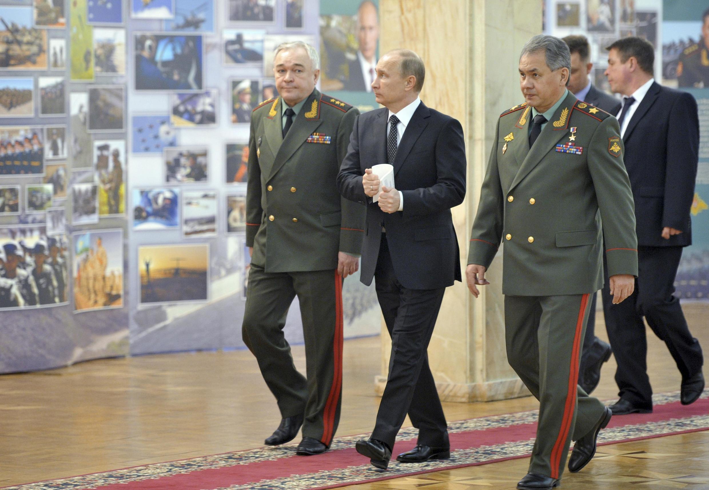 Tổng thống Nga Vladimir Putin và Bộ trưởng Quốc phòng Sergei Shoigu (phải) trước cuộc họp với các viên chức quốc phòng tại Bộ Tổng tham mưu ở Matxcơva ngày 27/02/2013.