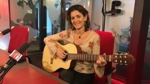 A cantora brasileira Dina Tavares canta nos estúdios da RFI, onde ela ganhou o prêmio Descoberta América Latina, em 1996.
