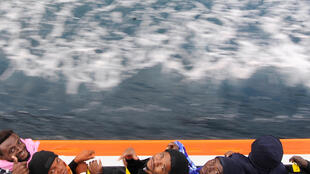 Refugiados a bordo do Aquarius neste dia 12 de Junho.