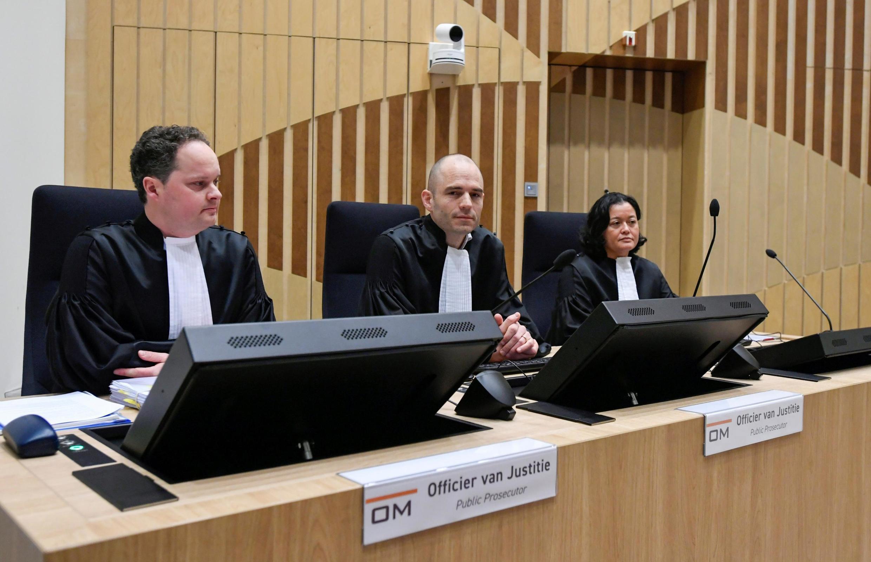 Les procureurs Thijs Berger, Dedy Woei-a-Tsoi et Ward Ferdinandusse au premier jour du procès contre quatre suspects impliqués dans le crash du vol Malaysia Airlines MH17, à Badhoevedorp, Pays-Bas, le 9 mars 2020.