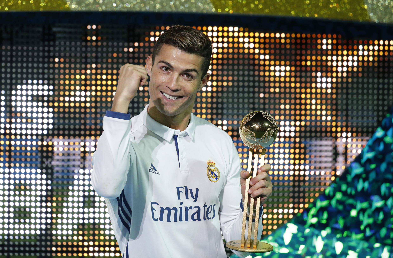 Cristiano Ronaldo e seu troféu de melhor jogador do Mundial de Clubes.