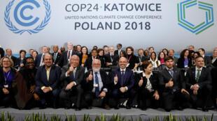 រូបថតជុំក្រុមការងារ COP24 នៅក្រុង Katowice ប្រទេសប៉ូឡូញ ក្នុងថ្ងៃបិទសន្និសីទ