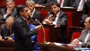 Le Premier ministre François Fillon doit poursuivre ses consultations pour atteindre une majorité des trois cinquièmes en faveur de la « règle d'or ».