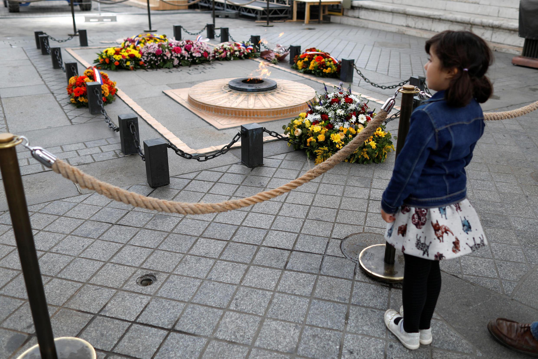 Ngọn lửa tưởng niệm Người lính vô danh dưới chân Khải Hoàn Môn, ảnh chụp ngày 07/11/2018.