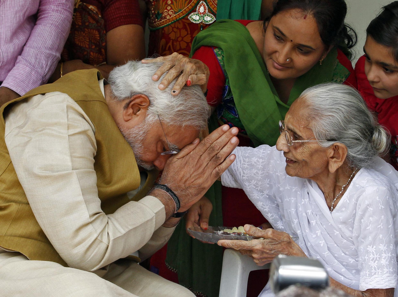Narendra Modi, chef du BJP vainqueur des élections législatives et probable futur Premier ministre, reçoit la bénédiction de sa mère, le 16 mai 2014.
