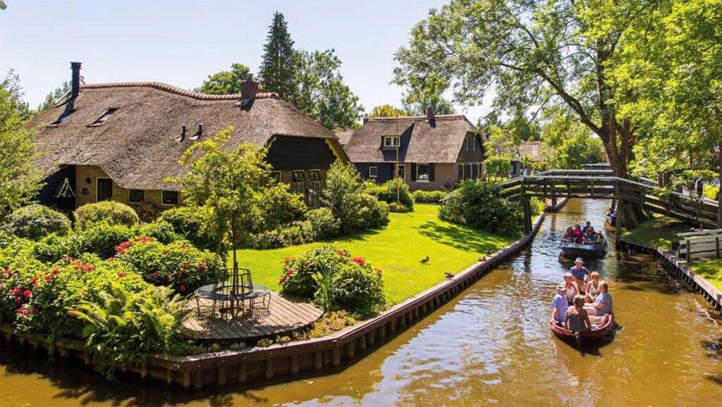 Giethoorn, un petit village tranquille, avant le tourisme de masse.