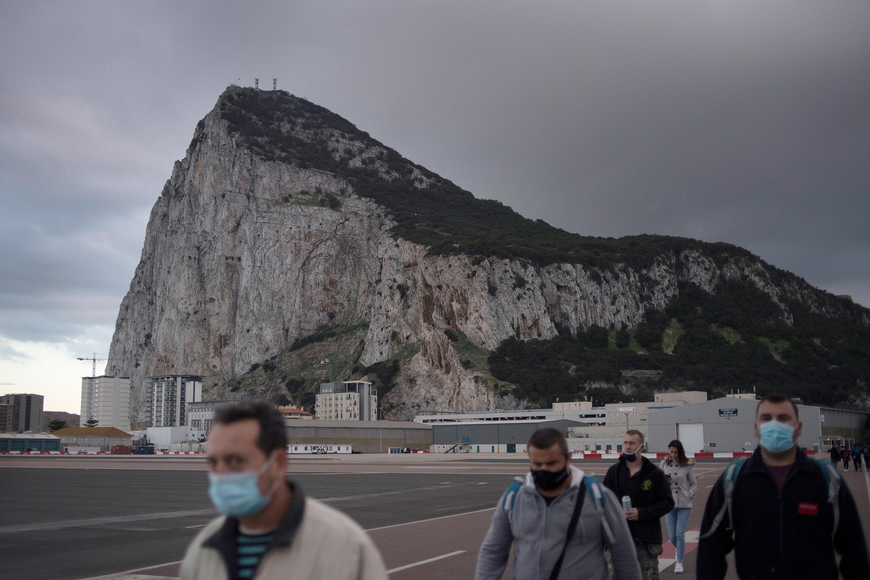 Un grupo de personas cruza la frontera del territorio británico de Gibraltar el 24 de noviembre de 2020