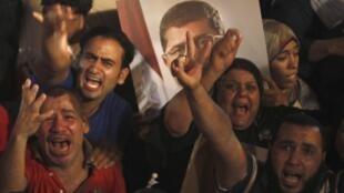 Manifestações a favor do presidente egípcio deposto Mohamed Mursi, no bairro de Rabaa, no Cairo, na quarta-feira (3).