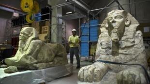 Sur les 100 000 pièces que devrait compter le musée, un peu plus de la moitié ont déjà été transférées à Guizèh.Les pièces les plus célèbres arriveront au tout dernier moment, comme le célèbre masque de Toutankhamon.