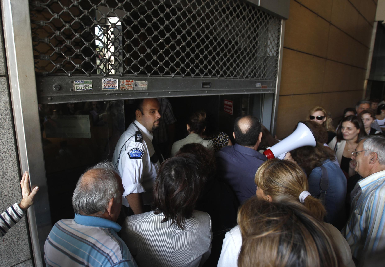 Бастующие греки заблокировали входы в несколько министерских зданий, Афины, 4 октября 2011.