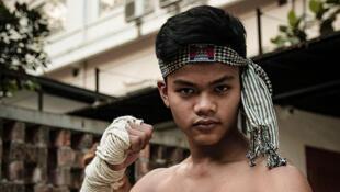Un combattant de bokator lors d'une démonstration de l'art martial en marge d'une projection de «Surviving Bokator» en mars 2018 à Phnom Penh.