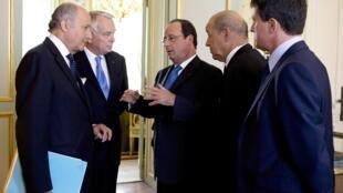 Le président français et son Premier ministre, entourés par les ministres des Affaires étrangères, de la Défense et de l'Intérieur. A l'Elysée le 28 août, avant la tenue d'un conseil de sécurité.