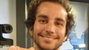 Adrián Saba en los estudios de RFI.