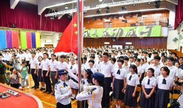 15.10 本學年起,香港學校要實行升旗禮,地方不足亦要在室內購置臨時設施進行(資料圖片)