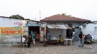Scène de rue à Kinshasa. Image d'illustration.