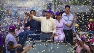 Danilo Medina y su esposa saludan sus partidarios, este 12 de mayo de 2016 en Santo Domingo.