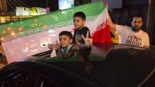Des Iraniens dans les rues de Téhéran, le soir de la signature de l'accord sur le nucléaire iranien à Vienne, mardi 14 juillet.
