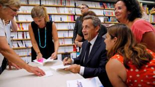 نیکلا سارکوزی در جلسه امضای کتاب تازهاش در یک کتابفروشی در جنوب فرانسه، ۲۵ اوت ۲۰۱۶