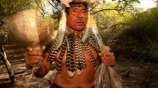 Tito Pérez, un chamán de la comunidad Chamacoco en Puerto Diana, Paraguay. El pueblo Chamacoco, tradicional cazador-pescador-recolector, también utiliza las nuevas tecnologías, como los celulares.