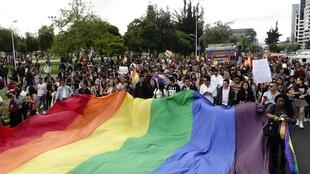 Les gens célèbrent l'approbation du mariage homosexuel à Quito le 29 juin 2019.