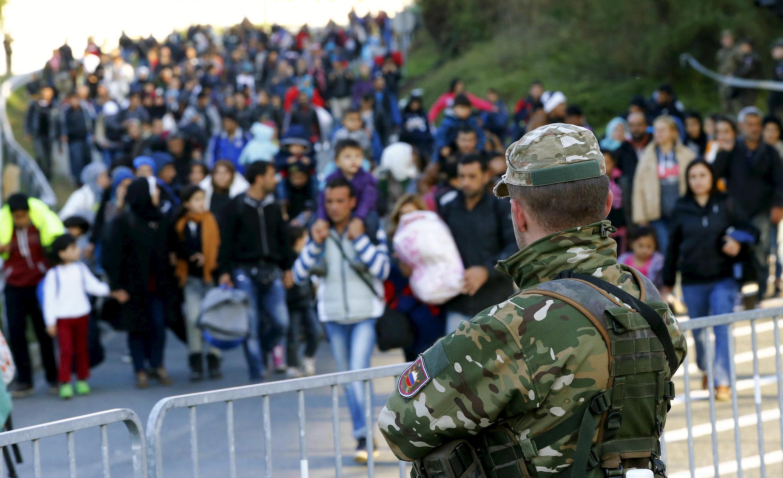 Người nhập cư đổ dồn về thị trấn Sentilj ở Slovenia, trước khi tìm đường sang định cư ở Đức. - REUTERS/Leonhard Foeger