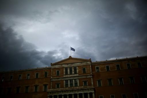 Bendera ya Ugiriki  juu ya jengo la Bunge Athens Mei 22, 2016.