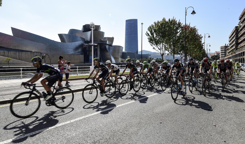 Спортсмены проезжают музей Гуггенхайма, посвященный современному искусству, в Бильбао, во время велогонки в 2016 году