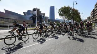 Le peloton passe devant le musée Guggenheim, lors de la 12e étape de la Vuelta, disputée entre Los Corrales de Buelna et Bilbao, le 1er septembre 2016