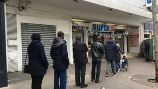 2020_03_17 queues in Paris outside grocery stores